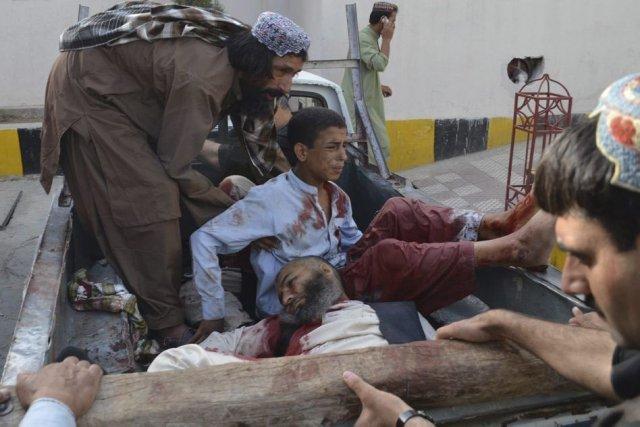 Des hommes armés ont ouvert le feu sur... (Photo Arshad Butt, AP)