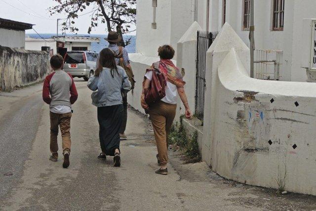 Des touristes à Stone Town, le centre historique... (PHOTO ISSA YUSUF, AFP)