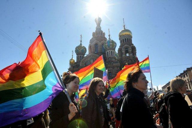 À Saint-Pétersbourg, des manifestants dénoncent une loi interdisant... (PHOTO OLGA MALTSEVA, AFP)