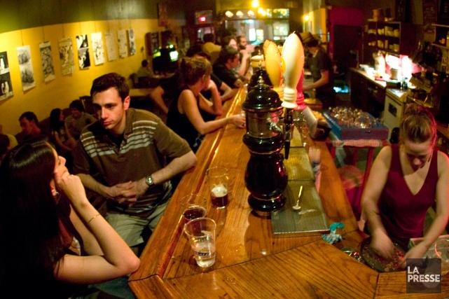 Des jeunes libéraux veulent repousser l'heure de fermeture des bars à 5h30... (Photothèque Le Soleil)