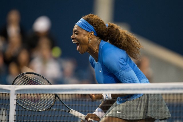 Serena Williams célèbre sa victoire aux mains d'Agnieszka... (Photo Geoff Robins, La Presse Canadienne)