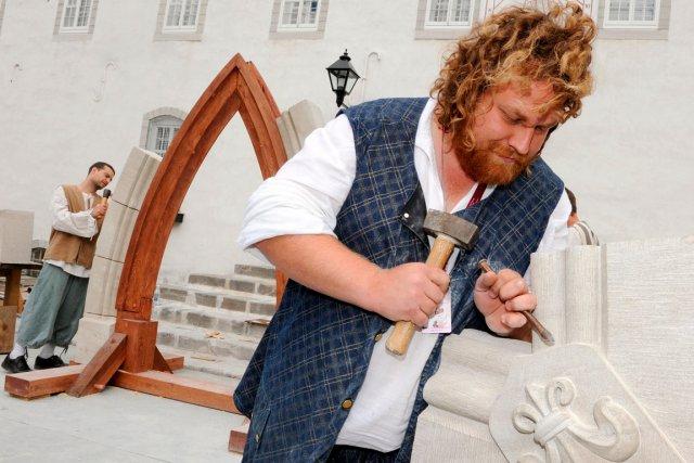 Adrien Bobin, tailleur de pierre, fait la finition... (Photo Le Soleil, Erick Labbé)