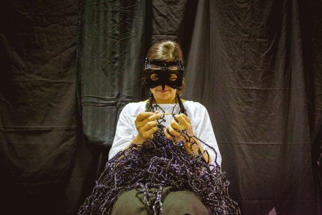 Giorgia Volpe crochète les rubans de vieux enregistrements... (Simon-Charles Couture-Labelle, collaboration spéciale)