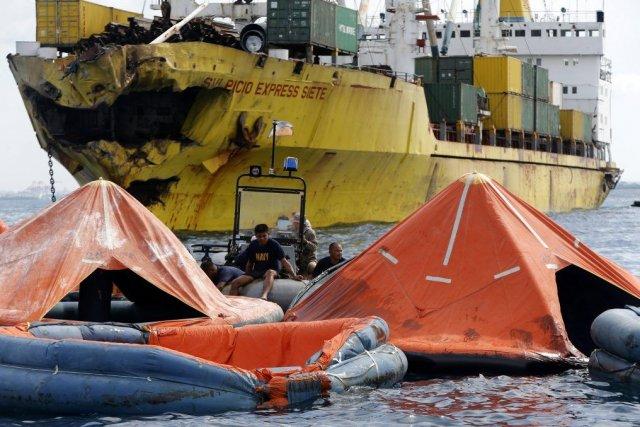 Des sauveteurs cherchaient des survivants à proximitéduSulpicio Express... (PHOTO ERIK DE CASTRO, REUTERS)