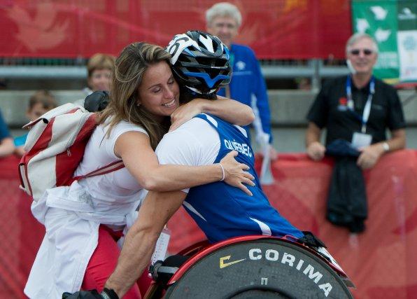 L'Olympienne Annie Pelletier s'est empressée d'Aller féliciter son... (IMACOM, Jessica Garneau)