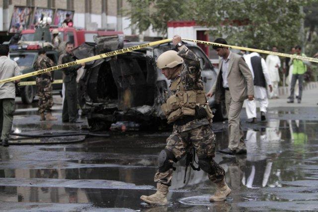 Les forces de sécurité afghanes enquêtent sur les... (PHOTO RAHMAT GUL, AP)