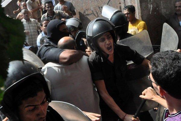 La police a lancé samedi un assaut sur une mosquée du Caire où étaient... (ASSOCIATED PRESS)