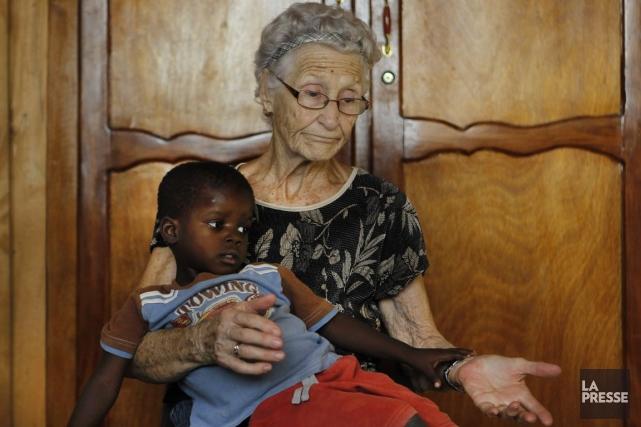 Jacqueline Lessard tenant sur elle le petit Jonas.... (Photo Martin Chamberland, Archives La Presse)