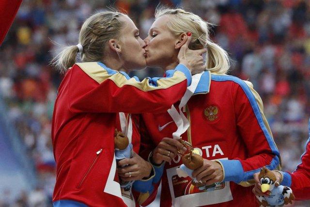 Le baiser échangé sur le podium entre deux... (Photo Grigory Dukor, Reuters)