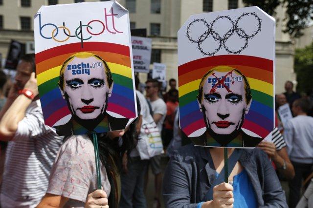 Des manifestations contre les lois russes contre les... (Photo Lefteris Pitarakis, AP)