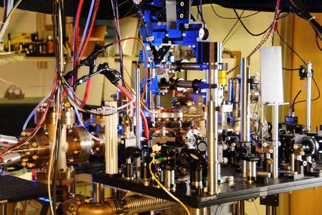 Ce pendule fonctionne avec des atomes d'ytterbium, un... (PHOTO AFP)
