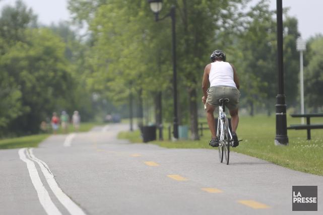 Jusqu'au 12 octobre, des visites guidées en vélo sont offertes dans le... (PHOTO MARTIN CHAMBERLAND, LA PRESSE)