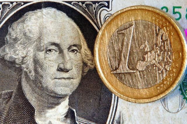 La monnaie unique, qui a atteint à la... (PHOTO MICHAEL PROBST, ARCHIVES AP)