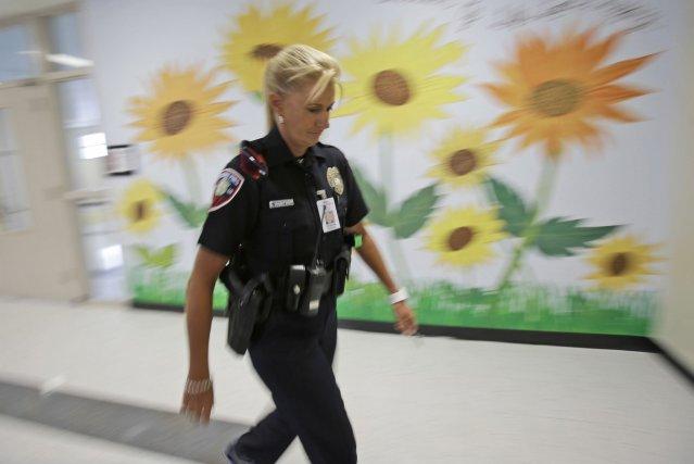 La sécurité a été renforcée dans les écoles... (Photo Wilfredo Lee, AP)