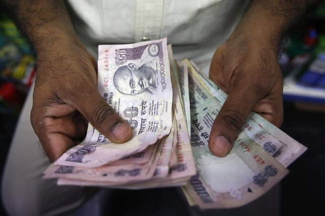 La roupie indienne, comme les monnaies de beaucoup... (Photo Vivek Prakash, Reuters)