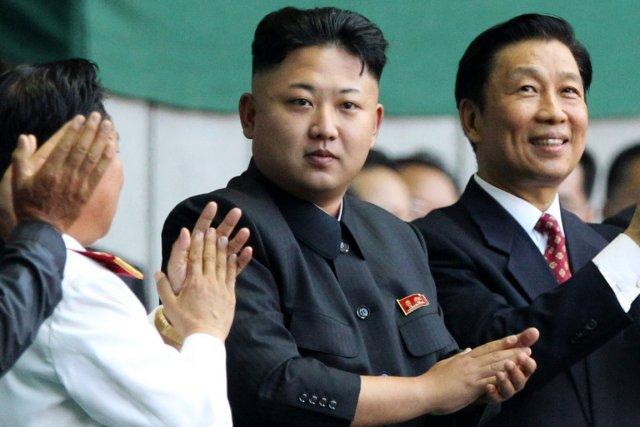 Le jeune dirigeant nord-coréen Kim Jong-un (au centre).... (PHOTO WONG MAYE-E, ARCHIVES AP)