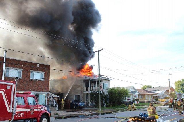 Les flammes ont éclaté peu avant 17 h... (Audrey Tremblay)