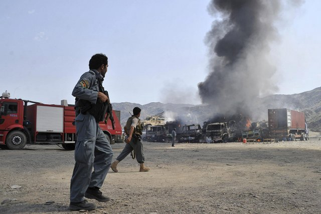 Des rebelles ont notamment brûlé des camions de... (PHOTO REUTERS)