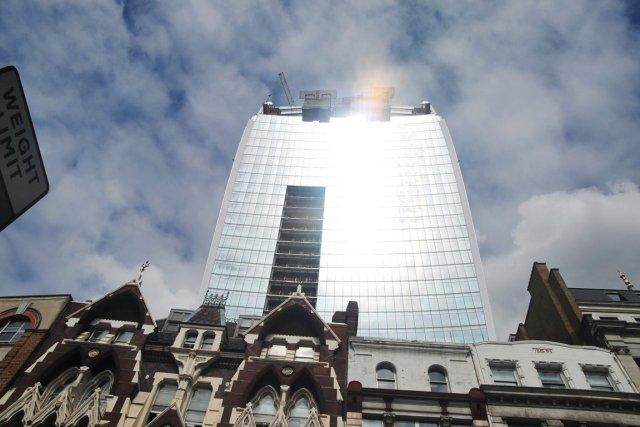 La réflexion de la lumière engendrée par le... (Photo Andy Scofield, AP)