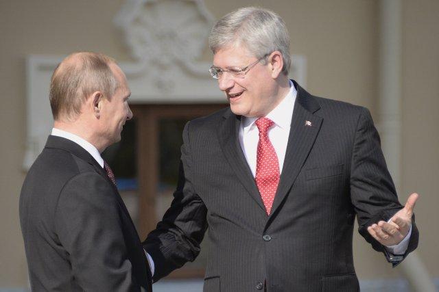 Le président russe a accueilli M. Harper avec... (Photo ALEXANDER NEMENOV, AFP)