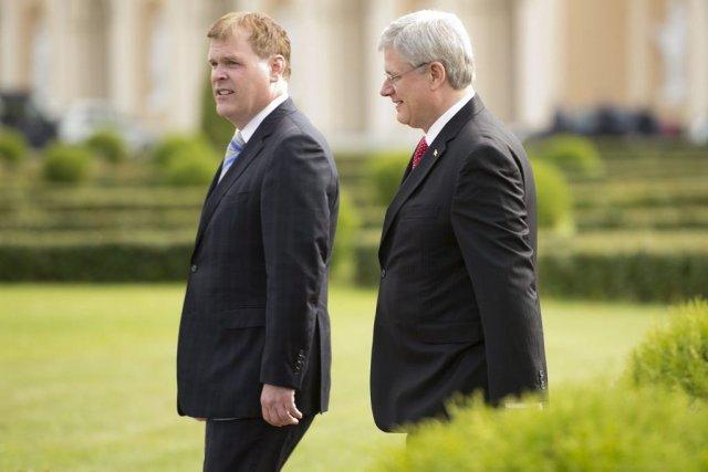 Le ministre John Baird et le premier ministre... (photo Adrian Wyld, la presse canadienne)