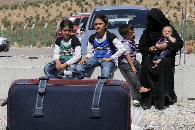 Chaque jour, des milliers de Syrien traversent la... (PHOTO UMIT BEKTAS. REUTERS)