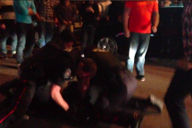Dans l'extrait vidéo, on aperçoit un policier d'Ottawa... (PHOTO TIRÉE DE YOUTUBE)