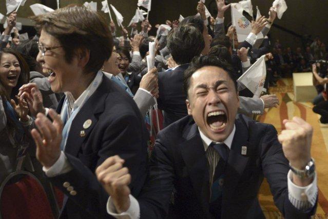 Les membres du comité Tokyo 2020 ont sauté... (PHOTO JUAN MABROMATA, AFP)