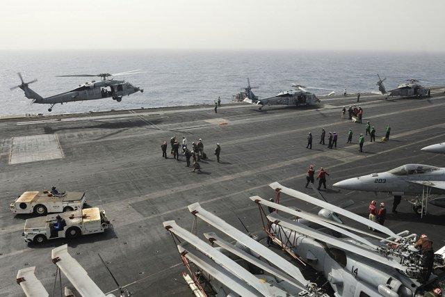 Le porte-avions Nimitz, dans la mer Rouge, peut...