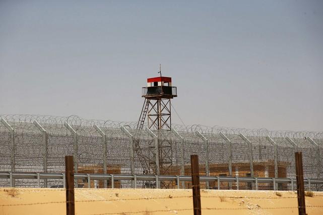Une tour d'observation, aux couleurs du drapeau égyptien,... (PHOTO RONEN ZVULUN, archives REUTERS)
