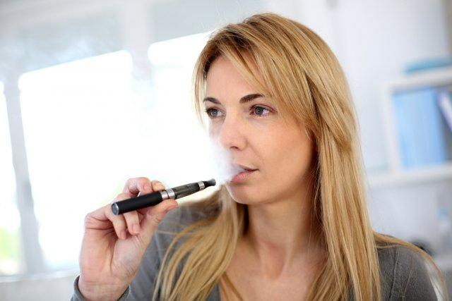 La cigarette électronique est au moins aussi efficace pour arrêter le tabac que... (Photo RelaxNews)