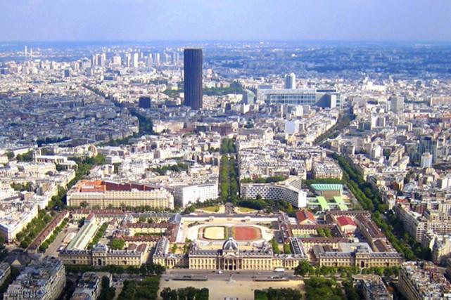 La Tour Montparnasse affiche une baisse du nombre... (Photo fournie par www.tourmontparnasse56.com)