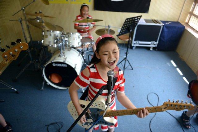 Le fait de pratiquer un instrument ou le chant peut aider les petits enfants à... (Photo AFP)