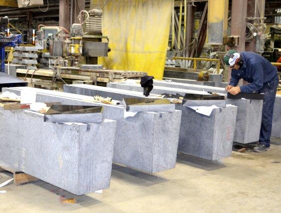 Déjà, à l'usine de Saint-Gédéon, on s'affaire à... (Photo Marc St-Hilaire)