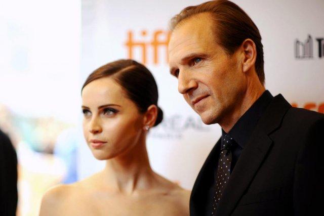L'acteur et réalisateur, Ralph Fiennes, en compagnie de... (PHOTO ARTHUR MOLA, AP)