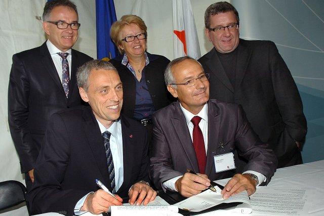 Le président d'Héma-Québec, Jean De Serres, et le... (Le Soleil, Jean-Marie Villeneuve)