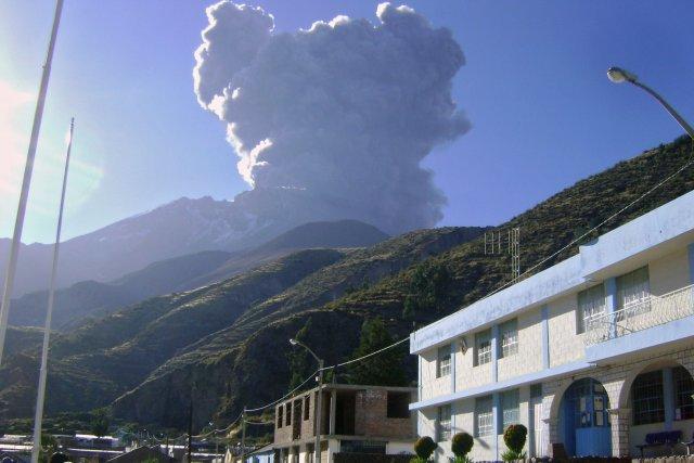 L'Ubinas, qui culmine à 5672 mètres, est entré... (Photo AFP)