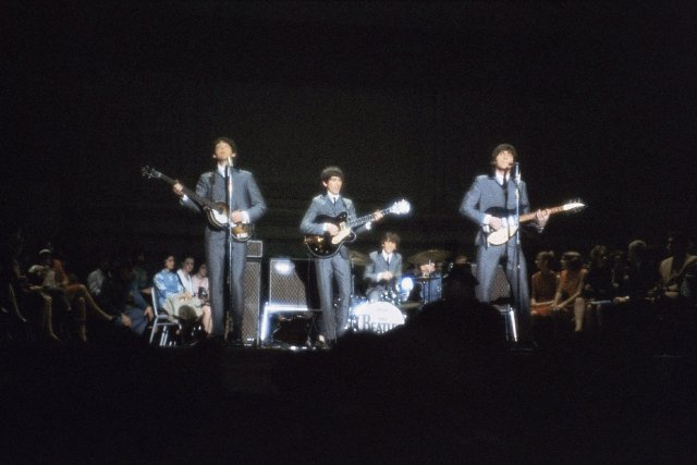 Les Beatles lors d'une performance en 1964.... (Photo: archives AP)