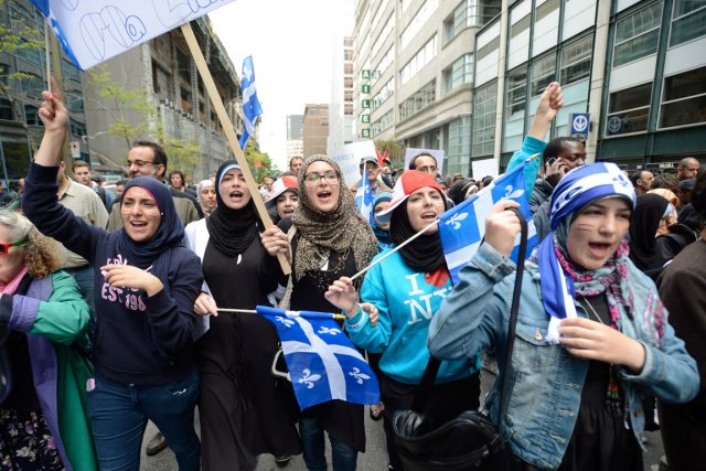 Pendant que des milliers de personnes manifestent dans... (Photo La Presse Canadienne)