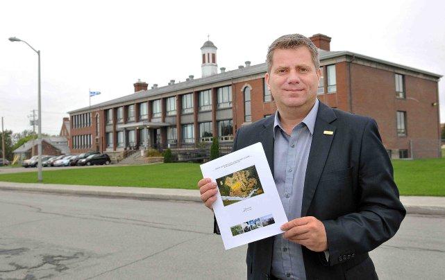 Le conseiller Carl Dufour pose devant l'école Notre-Dame-du-Sourire,... ((Photo Rocket Lavoie))