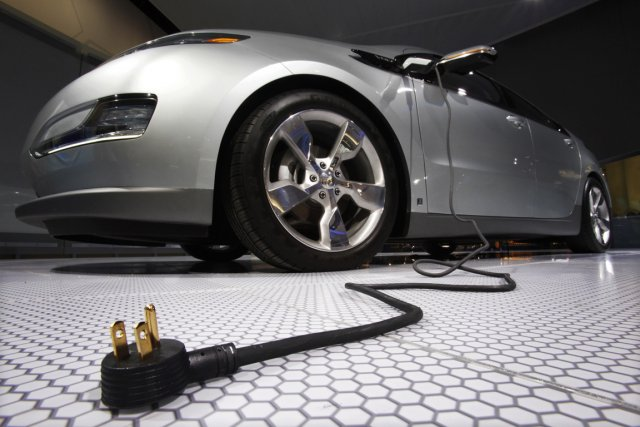 GM vend actuellement le véhicule hybride Volt de... (PHOTO MARK BLINCH, ARCHIVES REUTERS)