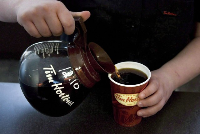 Tim Hortons a fait savoir qu'elle rehaussera son dividende... (PHOTO CHRIS YOUNG, ARCHIVES LA PRESSE CANADIENNE)
