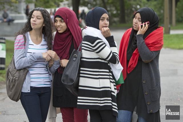 Des jeunes femmes ont manifesté contre le projet... (PHOTO Robert Skinner, La Presse)