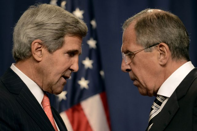 John Kerry et son homologue russe Sergueï Lavrov.... (Photo d'archives AFP)