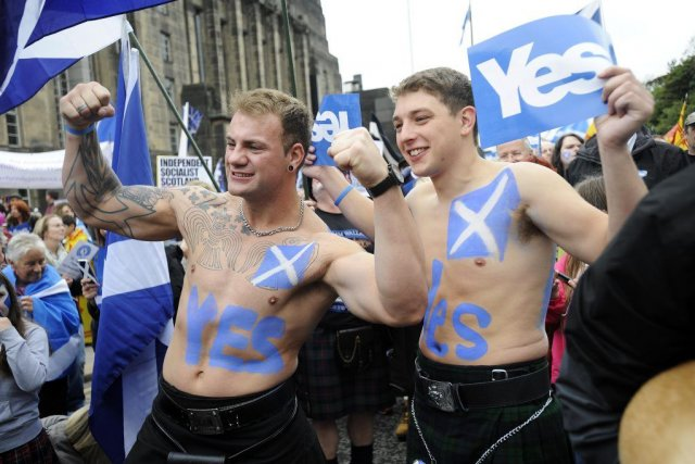 Certains manifestants avaient revêtu le traditionnel kilt et... (PHOTO ANDY BUCHANAN, AGENCE FRANCE PRESSE)