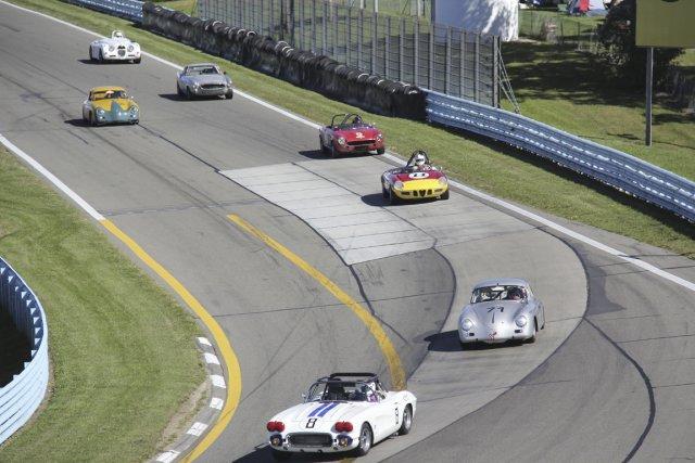 Un imposant groupe de voitures était en piste... (Photo Eric Descarries, collaboration spéciale)