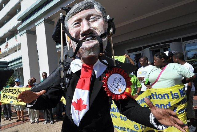 Un manifestant personnifie Stephen Harper en marge de... (Photo Alexander Joe, Agence France-Presse)