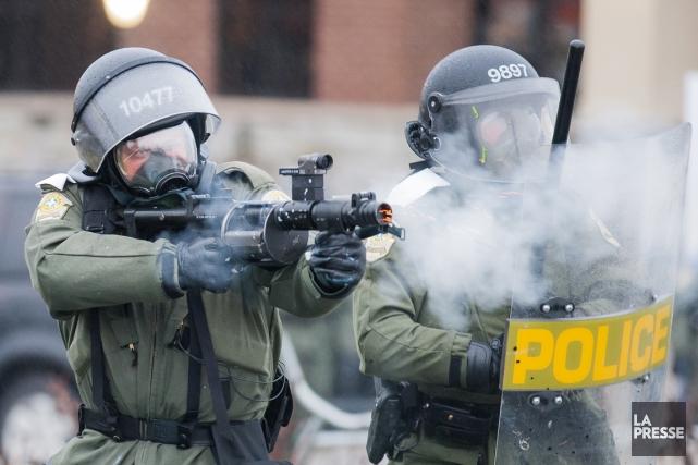 Pendant la violente manifestation, qui a fait plusieurs... (PHOTO ÉDOUARD PLANTE-FRÉCHETTE, LA PRESSE)