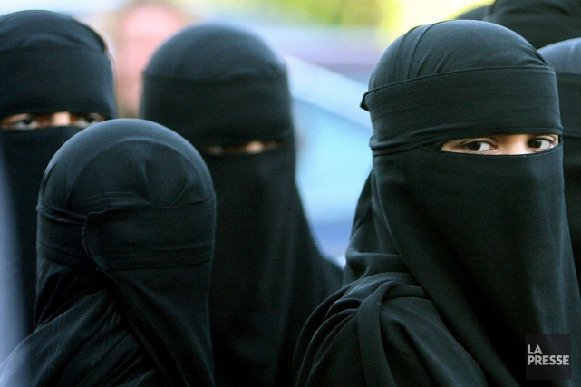 Des femmes portant le niqab... (Photo Dave Thompson, archives AP)