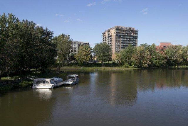 Des habitations en bordure de la Rivière-des-Praires et... (Hugo-Sebastien AUBERT)